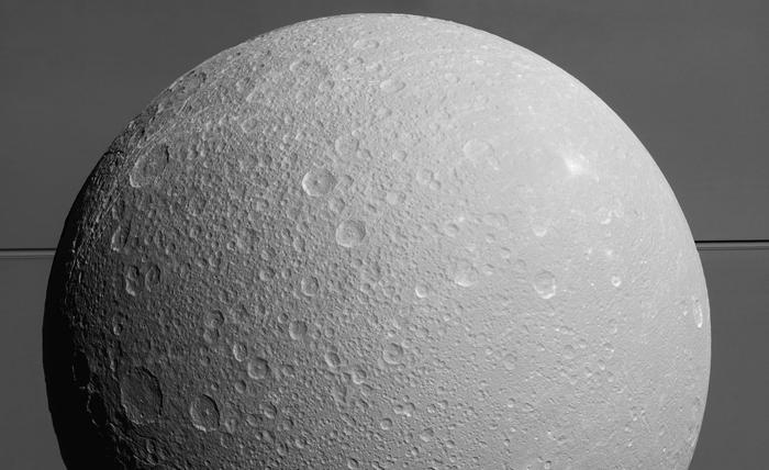 Ледяной спутник Дион на фоне огромного Сатурна и его кольца. 17 августа 2015 г.