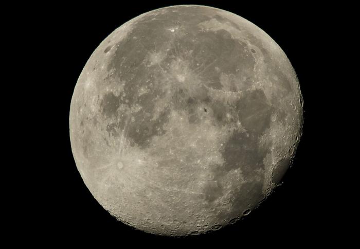 На фоне Луны в центре снимка можно увидеть МКС с 6 членами экипажа. 2 августа 2015 г.