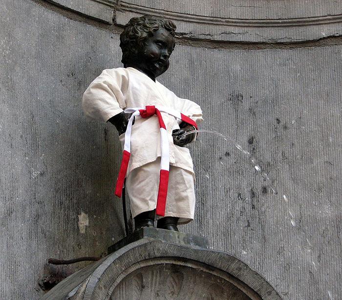 Писающий мальчик в наряде дзюдоиста.
