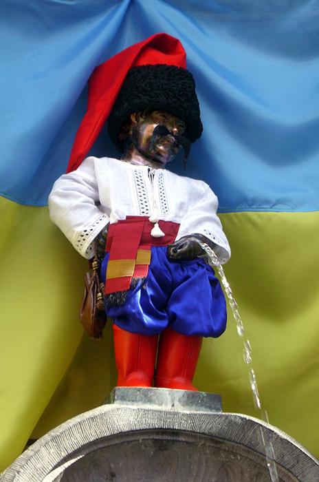 Писающий мальчик в костюме украинского казака.