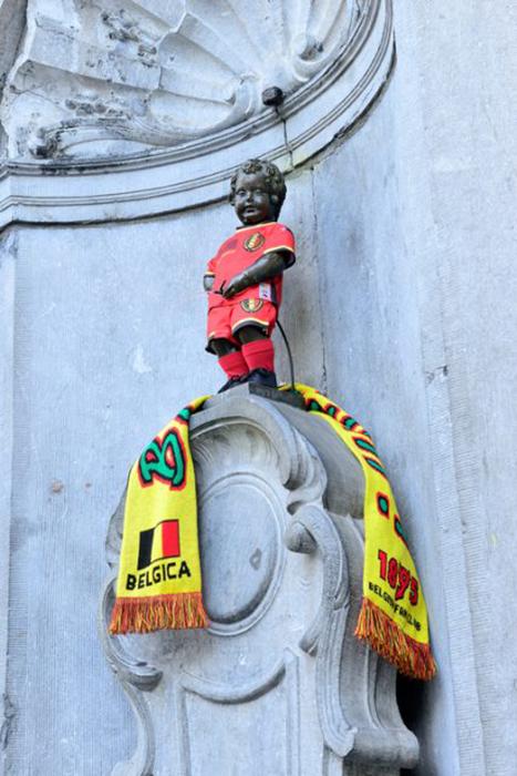 Писающий мальчик в форме футбольной команды Бельгии.