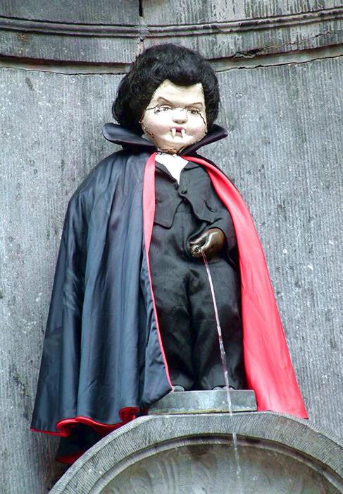 Статуя в костюме Дракулы.