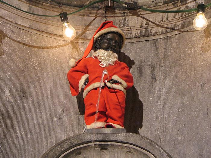 Писающий Санта Клаус.