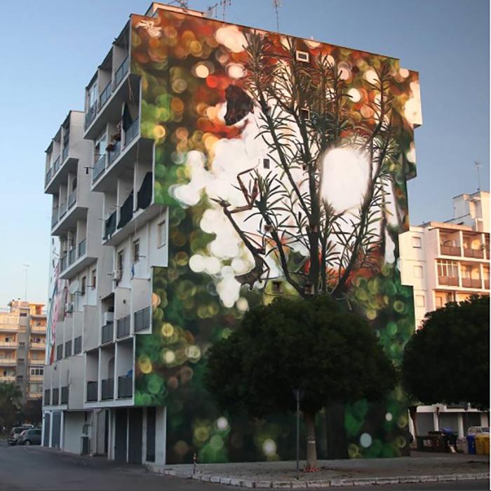 Moments suspendus - мурал с изображением веточек дерева с сидящими на нем насекомыми. Италия, октябрь 2017г. Автор: Mantra.