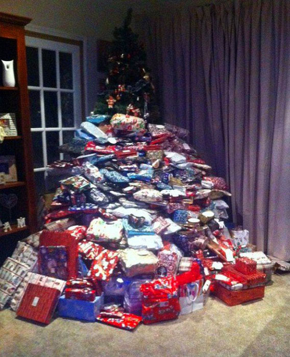 Елку почти не видно за подарками.