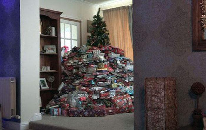 Рождественская елка и подарки для троих детей.