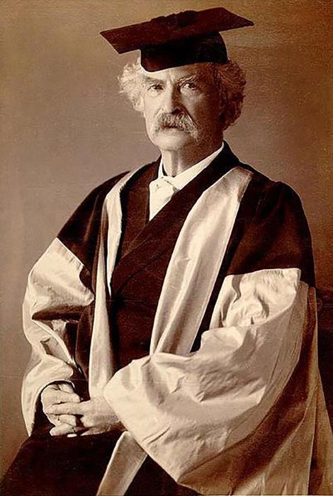 Марк Твен в мантии на награждении в Оксфордском университете.