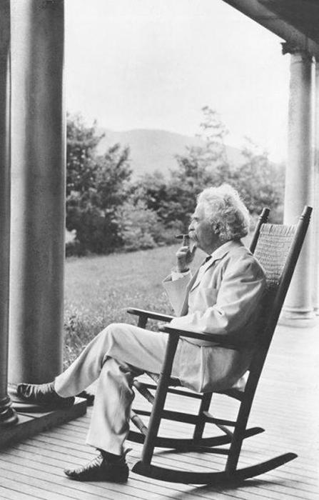 Марк Твен курит на крыльце в Нью Хемпшире.