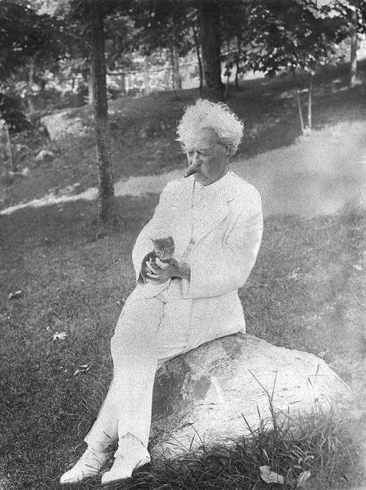 Марк Твен с котенком, 1907 год.