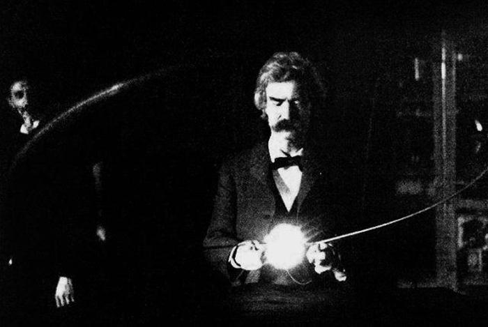 Марк Твен в лаборатории Николы Теслы, весна 1894 год. Тесла стоит слева от Твена.