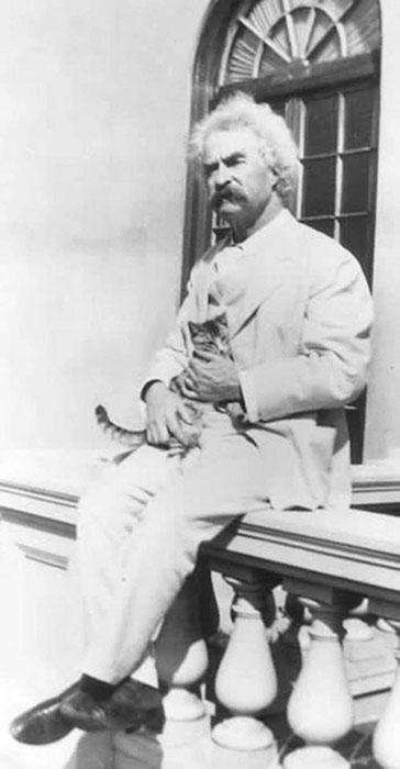 Писатель нередко брал в своих поездках котиков на прокат.