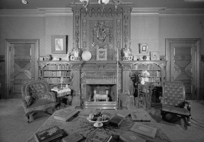 Mark Twain: Кабинет с письменным столом в центре.