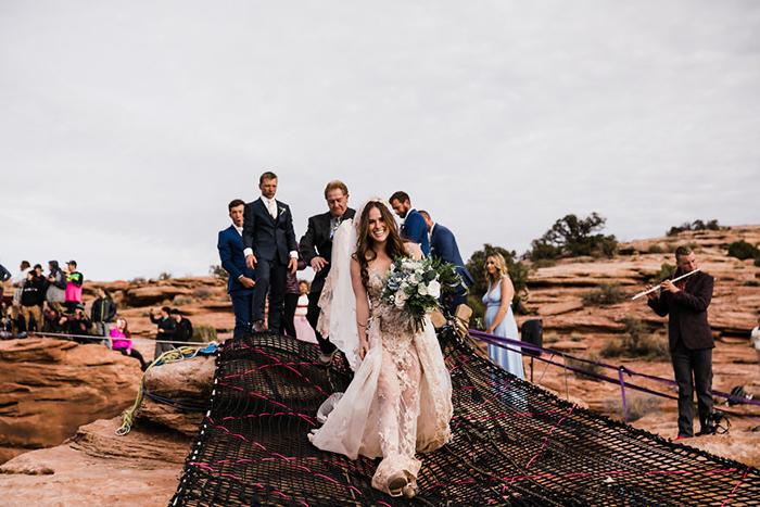 Жених и невеста идут по канатному креплению над пропастью. Фото: The Hearnes.