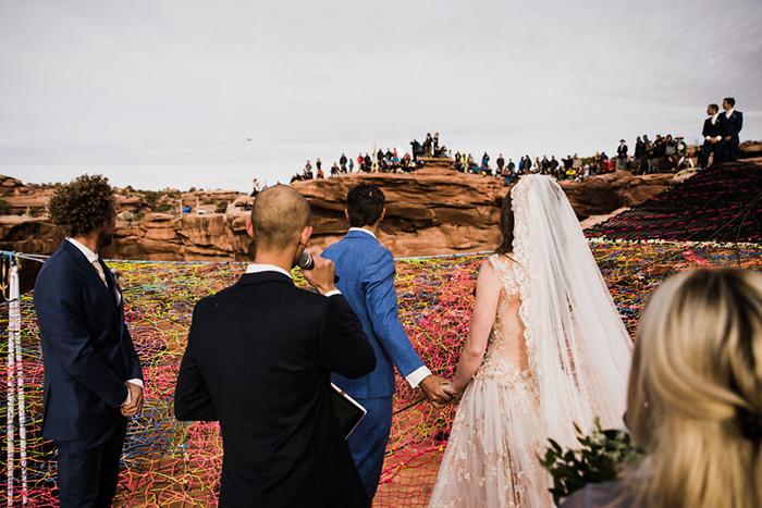 Кроме близких друзей, остальные приглашенные находились у края каньона. Фото: The Hearnes.