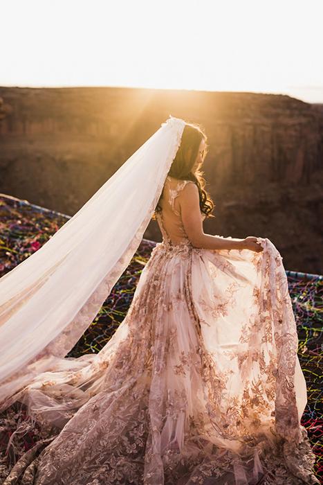 Невеста в лучах закатного солнца.  Фото: The Hearnes.