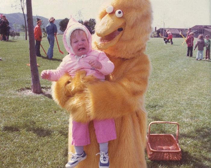 Ребенок воодушевлен встречей с маскотом.