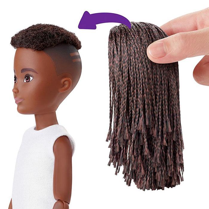 В наборе к кукле идет парик с длинными волосами.