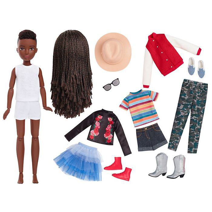 В наборе с куклой идет одежда и аксессуары.