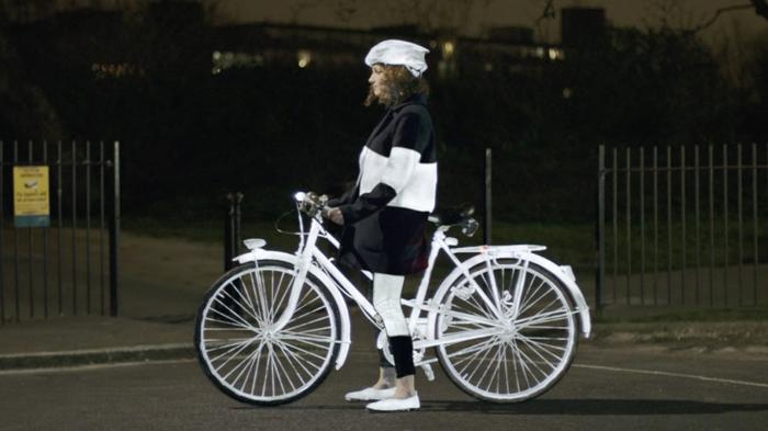 Спрей помогает сделать велосипедиста, едущего ночью, гораздо более заметным.