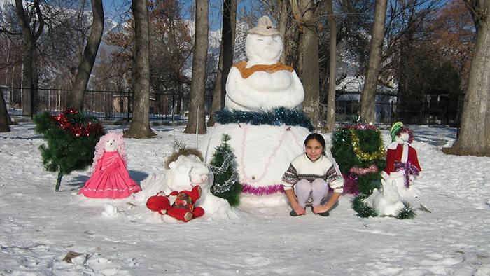 Зима. Снежная мама с детьми и Мадина.