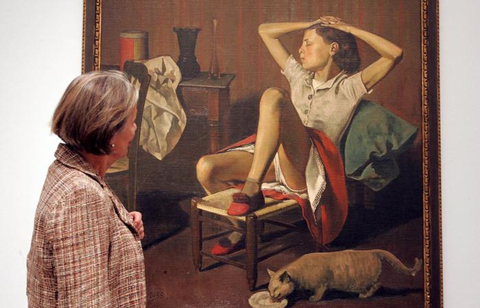 Посетительница музея смотрит на картину Balthus *Мечтающая Тереза.*
