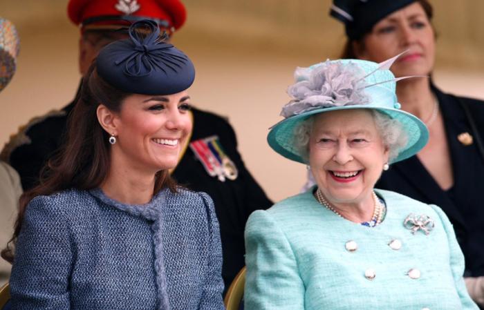 Кейт Миддлтон и королева Елизавета II.