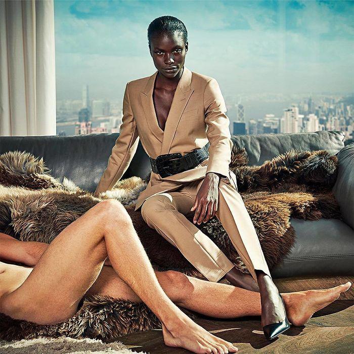 В новой рекламе Suistudio обнаженные мужчины выступают безликим атрибутом успеха женщин.