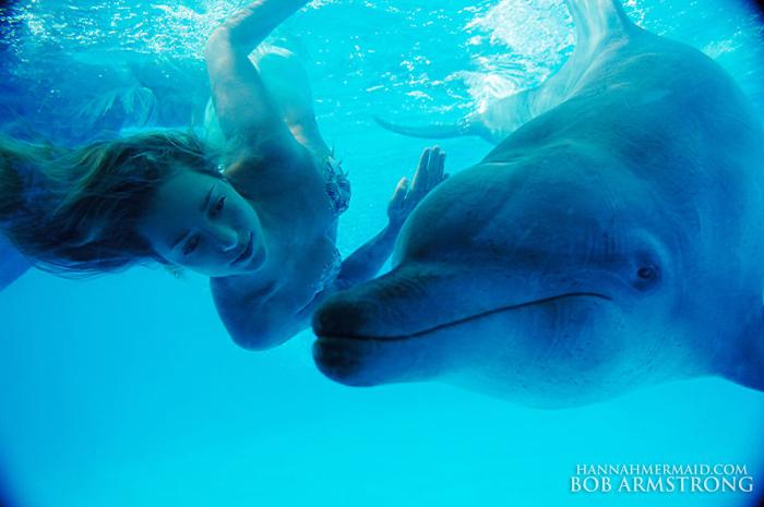 Ханна с дельфином. Автор: Bob Armstrong.
