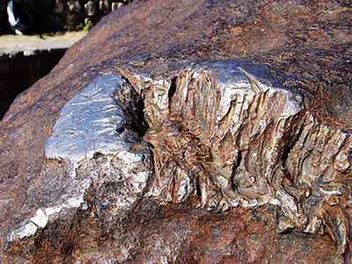 Следы вандализма на метеорите.
