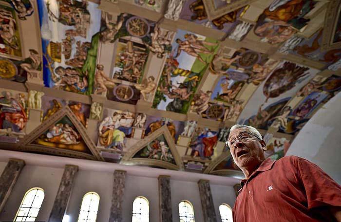 Мигель Франциско Масиас на фоне своей работы.