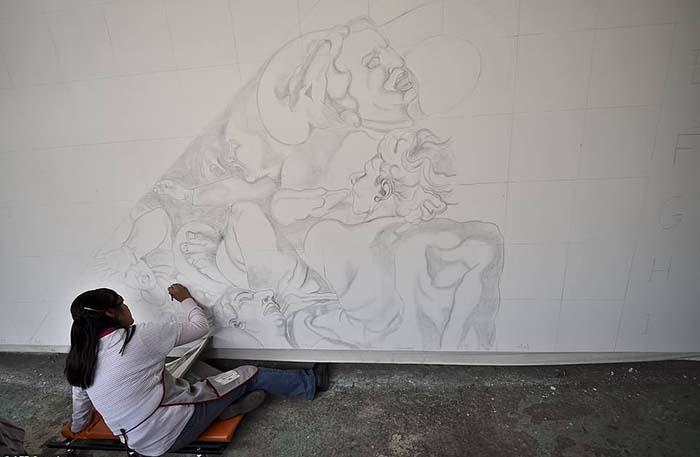 Волонтер Элизабет Рамирес работает над воспроизведением фрески Микеланджело.