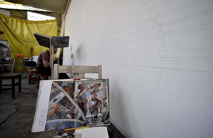 Мигель разделил оригинальное изображение на 14 частей и вместе со своими помощниками воспроизводит каждую часть на 14-метровых холстах.