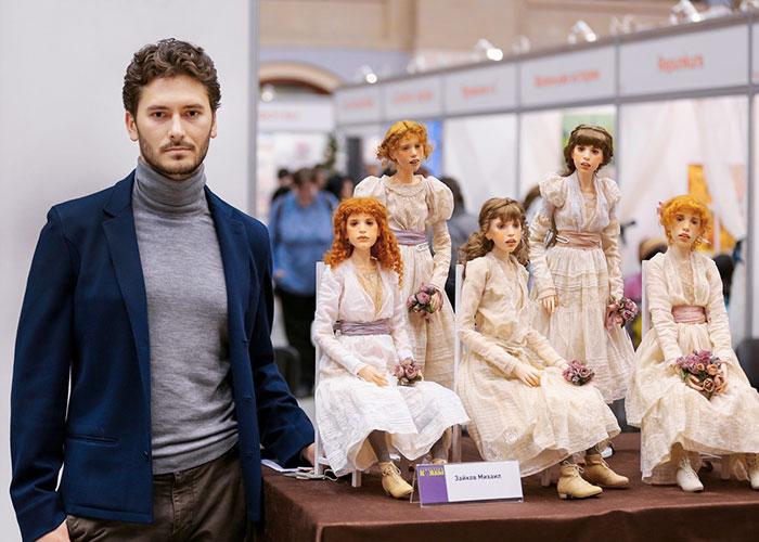 Михаил Зайков со своими куклами.