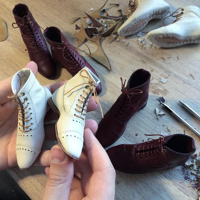 Обувь - каждый элемент одежды для кукол создается вручную.
