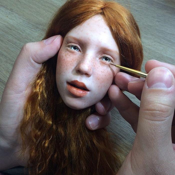 Работа над каждой куклой занимает месяц времени.