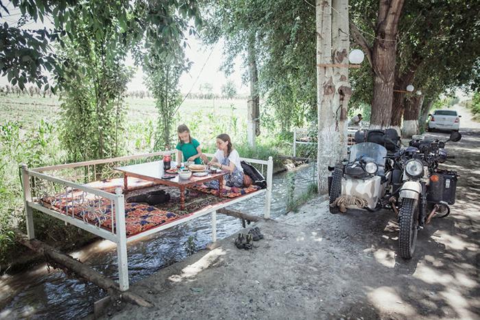 Обед на обочине в Узбекистане.  Instagram bizoo_n.