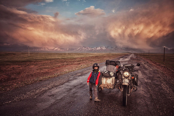 При въезде в Киргизию с летней грозой на фоне. Instagram bizoo_n.