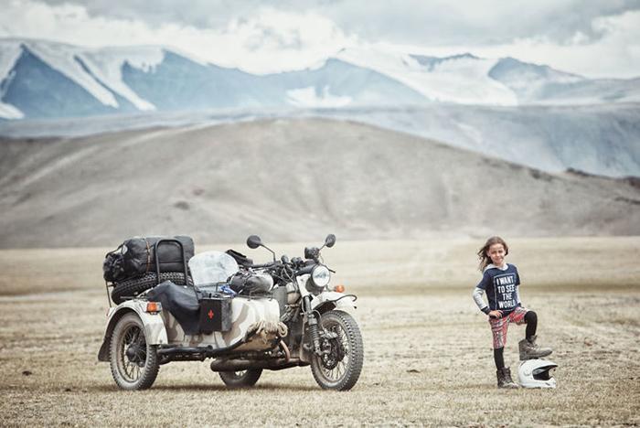 Владимир стоит рядом с мотоциклом Урал, на котором семья совершает все свои путешествия.  Instagram bizoo_n.