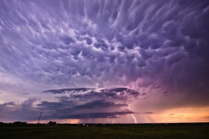 Сиреневые облака над полями.