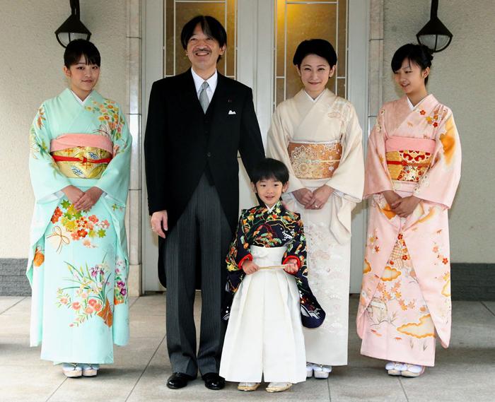 Принцесса Мако со своей семьей.
