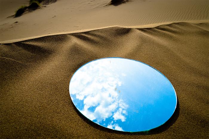Зеркала, в которых отражается небо, создают иллюзию источников воды.