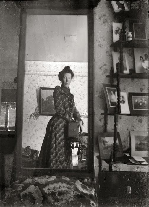 Женщина с камерой  Kodak Brownie, 1900 г.