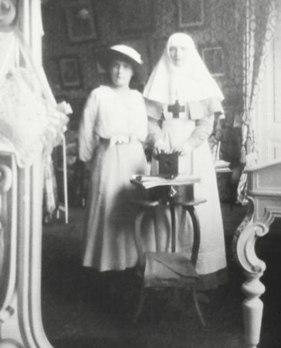 Анастасия Николаевна с сестрой, 1915г.