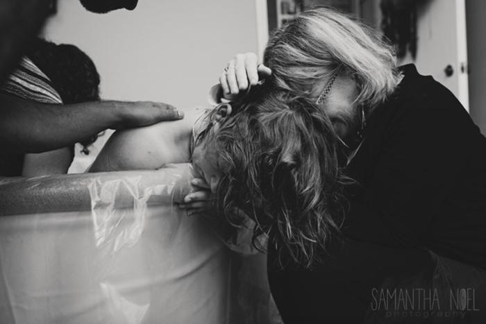 Мама рожавшей женщины приехала буквально в последнюю минуту, и моментально побежала к дочери. Самое удивительное, что ровно 30 лет назад в этот же день она точно так же сама рожала свою дочь. Фото:  Samantha Noel Photography.