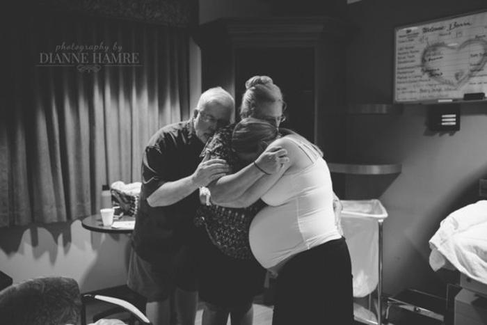 У меня от этой фотографии слезы наворачиваются. Такие любящие родители. Фото:  Dianne Hamre.