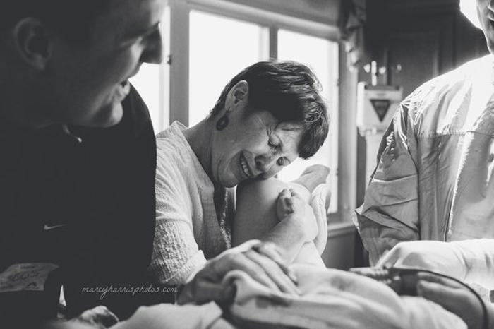 Когда ребенок родился, доктор назвал пол, и все в комнате стали прыгать от счастья. *Это мальчик!* - кричали они. А мама посмотрела на свою дочь, также ставшую мамой, с такой любовью и обожанием, на которое только способен человек. Фото:  Marcy Harris Photos.