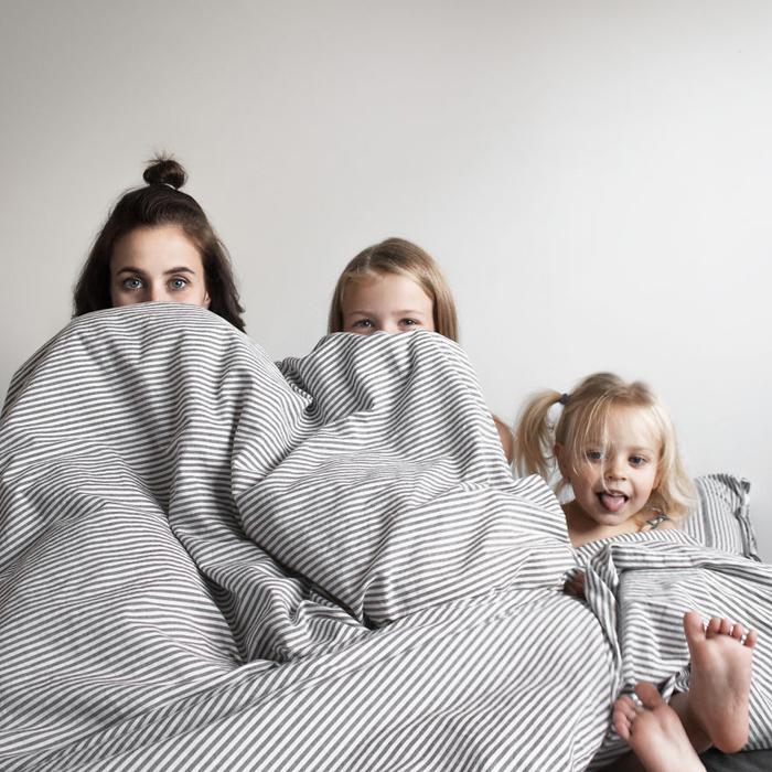 Мама с дочкой и другом в кровати