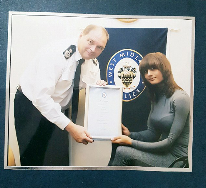 Ники Доннелли получает награду за храбрость.