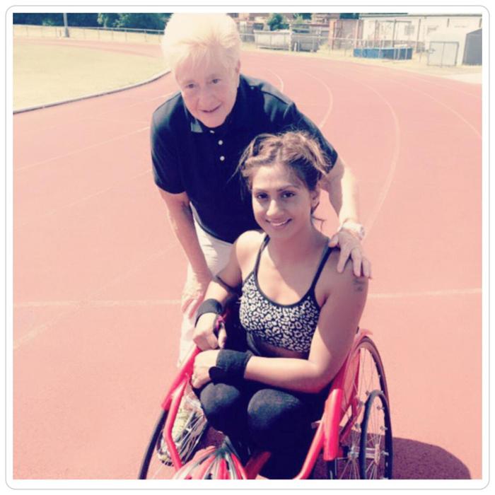 Ники Доннелли в инвалидной коляске.