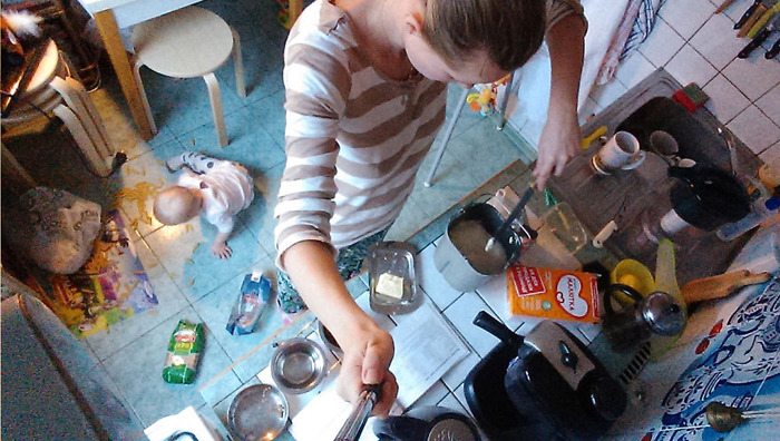 Мы не разлучаемся даже во время готовки еды. Я занята за столом, дочка - под столом.